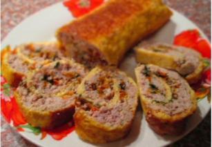 Свиной рулет с болгарским перцем в сырно-яичной шубке
