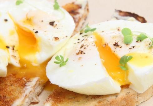 Яйцо пашот со шпинатом и острым маслом